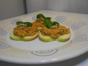 Rohkost Scharfe Gemüsecreme auf Apfelscheiben