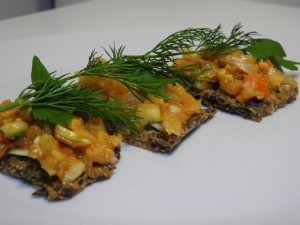 Scharfes Rohkost Gemüse auf Leinsamen-Cracker